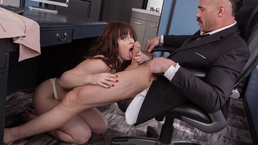 Секретарша обслужила босса ртом и киской во время траха в офисе
