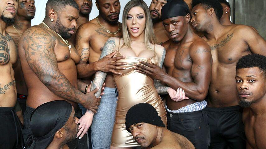 Негры толпой трахают красотку с татуировками в межрасовом ганг банг порно